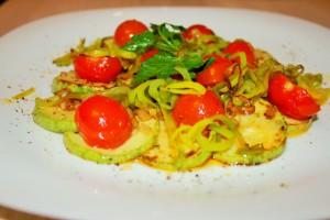 Теплый салат с кабачком, черри и луком-пореем