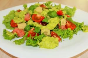 Салат из семги с нежным соусом из авокадо