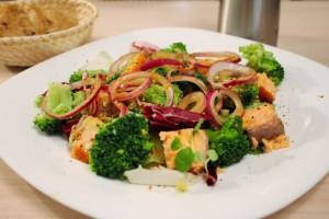 Салат с форелью и брокколи