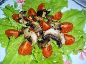 Салат с шампиньонами и сухариками