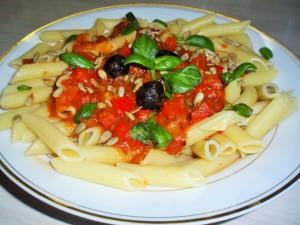Паста с помидорами и оливками