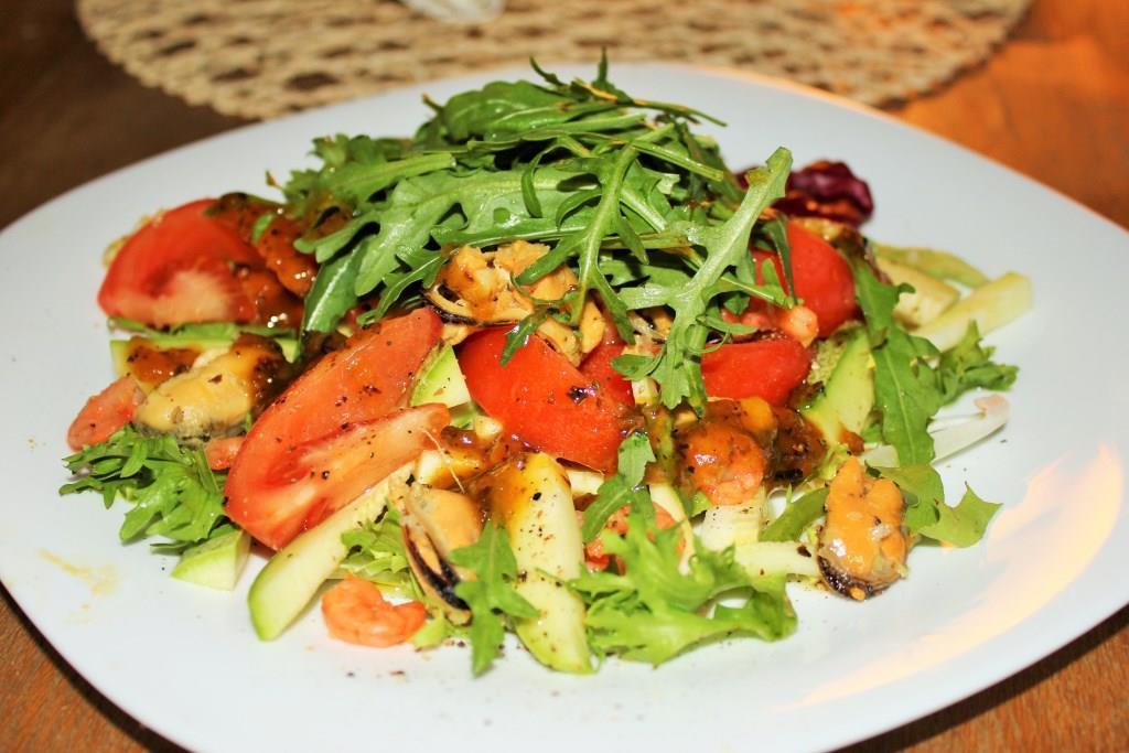 Салат с креветками и мидиями рецепт